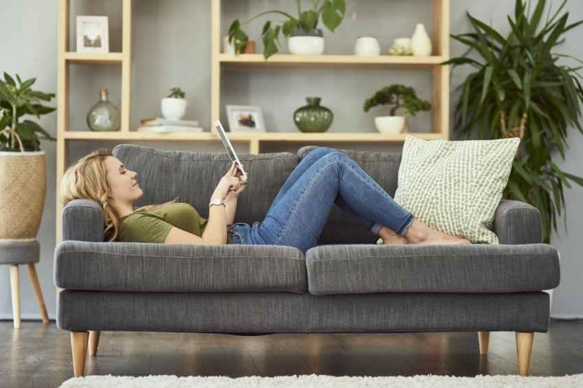 femme sur un divan