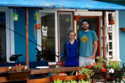 Dragana en haar Italiaanse vriend Alessandro voor hun net geopende logde pal aan de Donau in Dubravica, Servië
