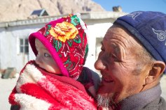 Opa en kleinzoon. Qarasu, Tadzjikistan