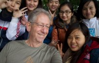 Selfie met schooljeugd in een park in Hanoi, Vietnam