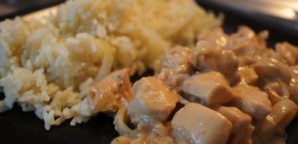 Poulet sauce yaourt et mourtade accompagné d'un riz pilaf
