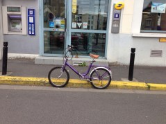Ce petit vélo stationné devant La Poste m'a plu