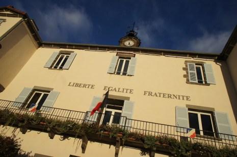Vendredi 11 octobre : contraste des couleurs saisissants en passant devant la Mairie