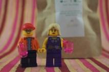 Samedi 8 février : Nous en Lego devant des sachets de thé Chakaiclub