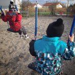Dimanche 22 mars : les neveux s'éclatent sur une balançoire