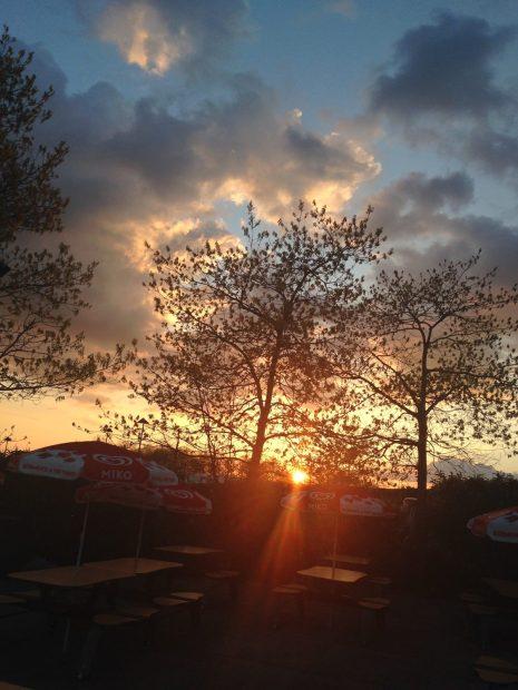 Lundi 20 avril 2015 : ciel du soir sur une aire d'autoroute