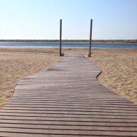 Accès handicapés : le ponton pour l'accès à l'eau. Etrange ressemblance avec des poteaux de rugby aussi