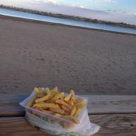 Petit écart : quelques frites face à la mer
