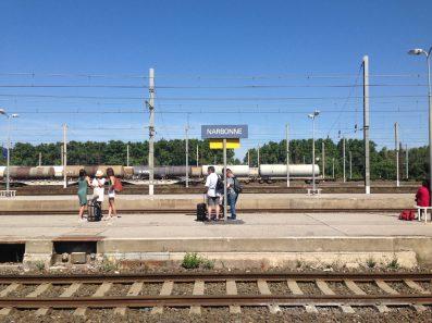 A la gare de Narbonne : ils attendaient le TGV pour Paris