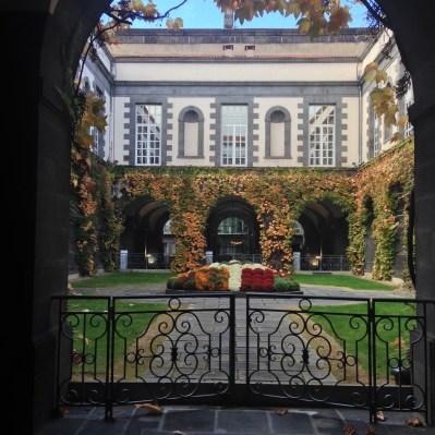 La cour de la mairie de Clermont en mode automne