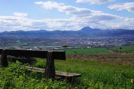Un petit banc avec vue sur le puy de Dôme
