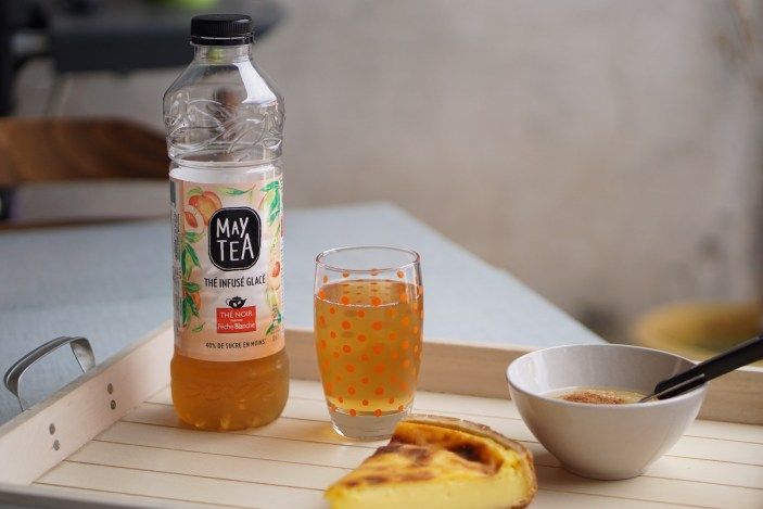 Un goûter équilibré avec un verre de thé glacé