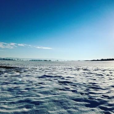 Les pieds dans la neige, les yeux dans le bleu du ciel