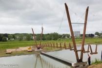 Nederland, The Netherlands, 24-05-2016 Arnhem Uiterwaardenpark Meinerswijk is gelegen bij Arnhem op de zuidoever van de Nederrijn. Het natuurgebied is voor een groot deel bestemd voor de berging van Rijnwater bij hoog water in de rivier. Daarnaast is het een wandel en recreatiegebied vlakbij de stad. De gemeente en een projectontwikkelaar zijn van plan in een klein deel van het gebied woningbouw te ontwikkelen. Tegen deze plannen is protest van onder meer de partij voor de Dieren, Groen Links en Milieudefensie. De woningen zouden worden gebouwd op De Praets wat nu een verwaarloosd bedrijventerrein is dat aam de rand van Meinerswijk ligt. Op dit moment wordt er in Meinerswijk hard gewerkt aan een voetgangersbrug. Het vormt een mooie verbinding tussen het dijklichaam en de uiterwaarde. De houten jukken van de hangbrug worden gedragen door de stalen kabels die aan twee houten pylonen zijn bevestigd. Foto: Bert Spiertz