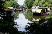 Nederland,The Netherlands, Arnhem 15-06-2016 Uitzicht vanuit een woonboot in de voormalige houthaven op het ASM terrein. Hier lag ooit de scheepswerf ASM. Tegenwoordig wordt dit gebied dat pal tegenover de binnenstad aan de overkant van de Rijn ligt Stadsblokken genoemd. Het gebied Stadsblokken Meinerswijk ligt op de zuidoever van de Rijn en heeft de bestemming van uiterwaardenpark. De gemeente heeft samen met projectontwikkelaar Kondor Wessles die alle grond heeft opgekocht van het failliete Phanos, plannen voor de bouw van woningen in het gebied. Daartegen bestaat veel oppositie. Mogelijk wordt er een referendum georganiseerd over de toekomst van het gebied. Foto: Bert Spiertz