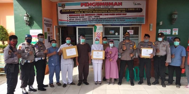 Polres Solok Kota dan Bhayangkari Bantu Masker ke RSU M. Natsir dan Posko Covid-19 Banda Panduang