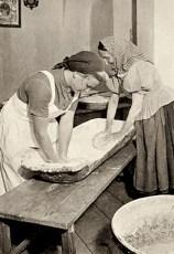 Frauen kneten Brotteig