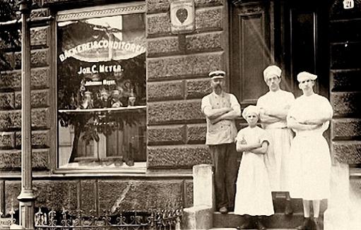 altes sw-Foto: Bäckersleute stehen vor dem Bäckergeschäft
