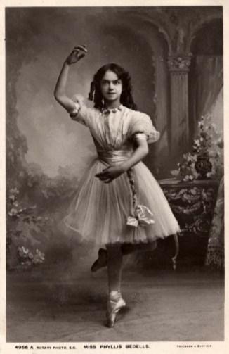 sw-Foto: junge Ballerina posiert