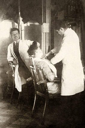 sw-Foto: zwei Barbiere bedienen Kunden im Laden ~1940