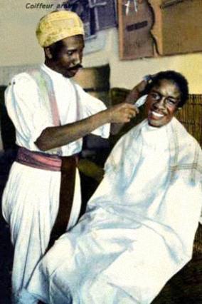 AK: Rasur im Barbiergeschäft
