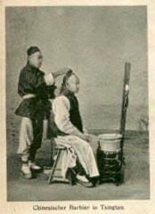 sw-AK: Barbier rasiert Kunden den vorderen Kopf