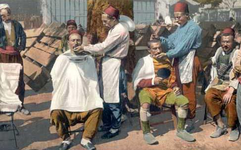 kolorierte Postkarte: Straßenbarbiere