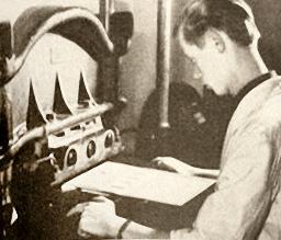Foto: Buchbinder am Maschine