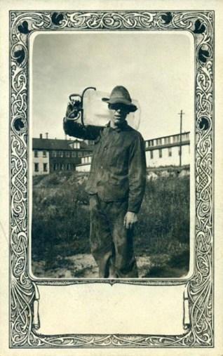 alte Postkarte: Eishändler mit Eisblock auf der Schulter