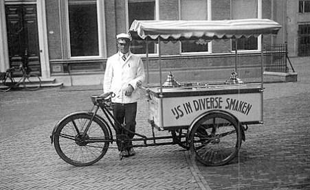 altes sw-Foto: mobiler Eisverkäufer mit Radwagen