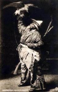sw-Bild: Falkner mit großem Vogel, der seine Flügel ausbreitet
