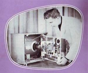 Fernsehtechniker montiert Bildröhre
