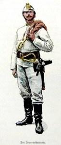 Feuerwehrmann in weißer Schutzkleidung