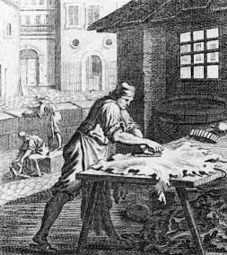 sw-Stich: Gerber macht Leder auf einem Tisch glatt