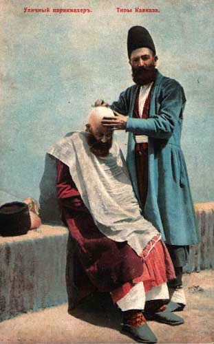 kolorierte Postkarte: kaukasischer Straßenbarbier rasiert Kunden den Schädel