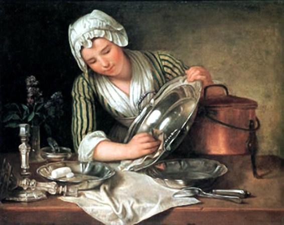Dienstmädchen putzt Silbergeschirr
