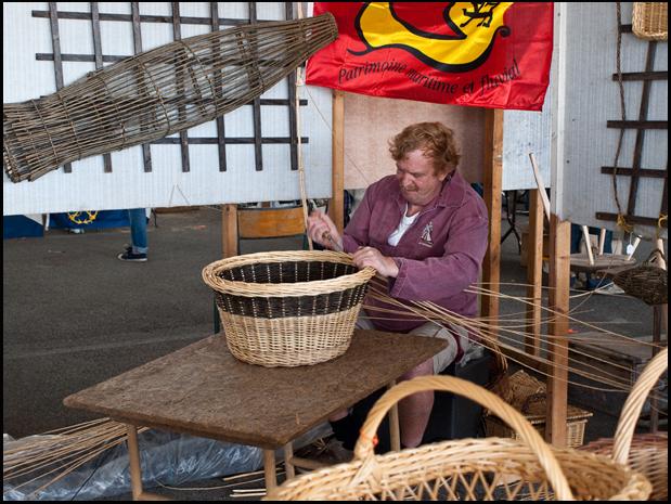 Foto: Korbmacher arbeitet an einem Korb
