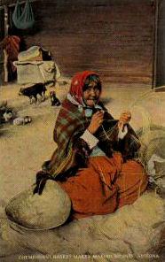 alte Indianerin bereitet Splinte für die Korbherstellung her
