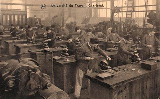 altes Foto: Schlosser beim Feilen in der Fabrik
