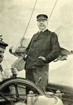 Schiffskapitän und Matrose am Steuerrad