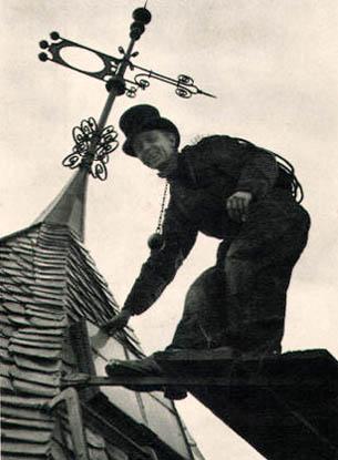 Foto: Schornsteinfeger auf dem Dach