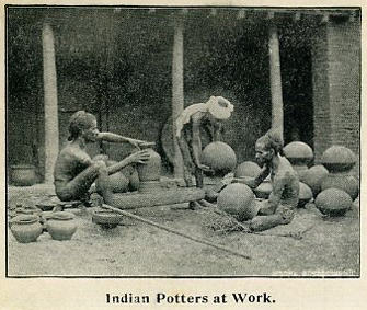sw-Foto: indische Töpfer arbeiten an bauchigen Gefäßen