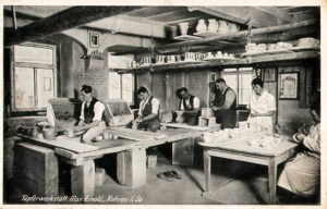 Foto: Töpfer arbeiten in einer Töpferei