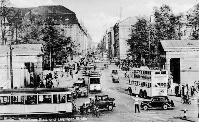 sw-Foto: urbane Szene mit Tram und viel Verkehr