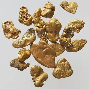 Farbfoto: mehrere Goldnuggets