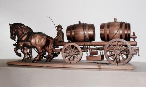 Holzschnitzarbeit: Pferdefuhrwerk mit Kutscher und zwei großen Eichen-Weinfässern als Ladung