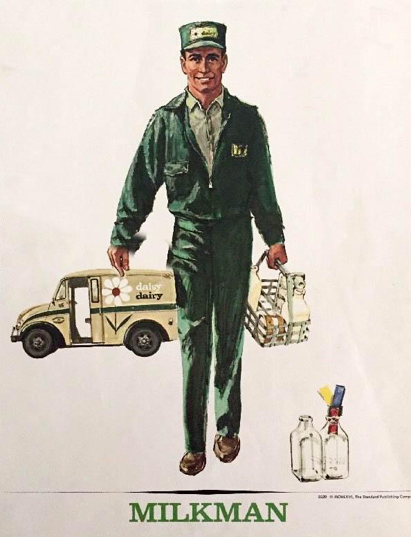 us-amerikanischer Milchmann in Uniform ist aus seinem Lieferwagen ausgesteigen und hat einen Träger mit Milchflaschen in der Hand