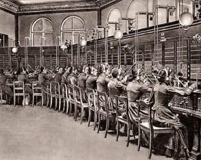 sw Foto: mehrere Telefonistinnen in langen Kleidern, Schulter an Schulter vor Stecktafeln sitzend - 1892