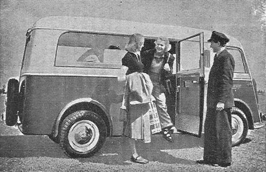 sw-Foto: zwei weibliche Fahrgäste steigen aus einem Kleinbus auf. Fahrer hält ihnen die Tür auf.