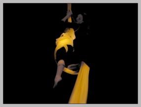 verfremdetes Foto: Frau hängt in gelbem Tuch